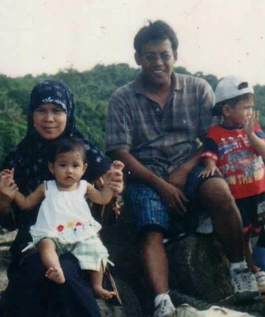 Akong (paling kanan) bersama papa Alec dan Ayong (pangku depan) saat berkunjung ke Pantai Malin Kundang, Padang, 2002. Kedua bocah kecil itu kini sudah tumbuh menjadi pemuda dan pemudi milenia.